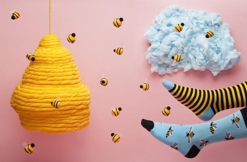 spalvotos kojines bites