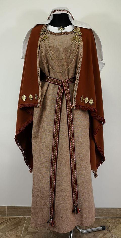 Archeologinis moters kostiumas