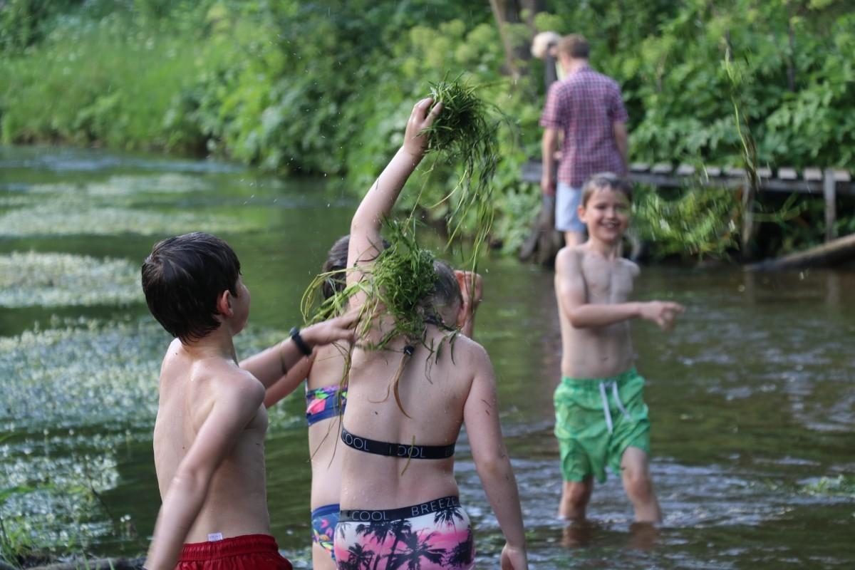 Seliones lauke ir gimtadienis gamtoje maudantis upeje