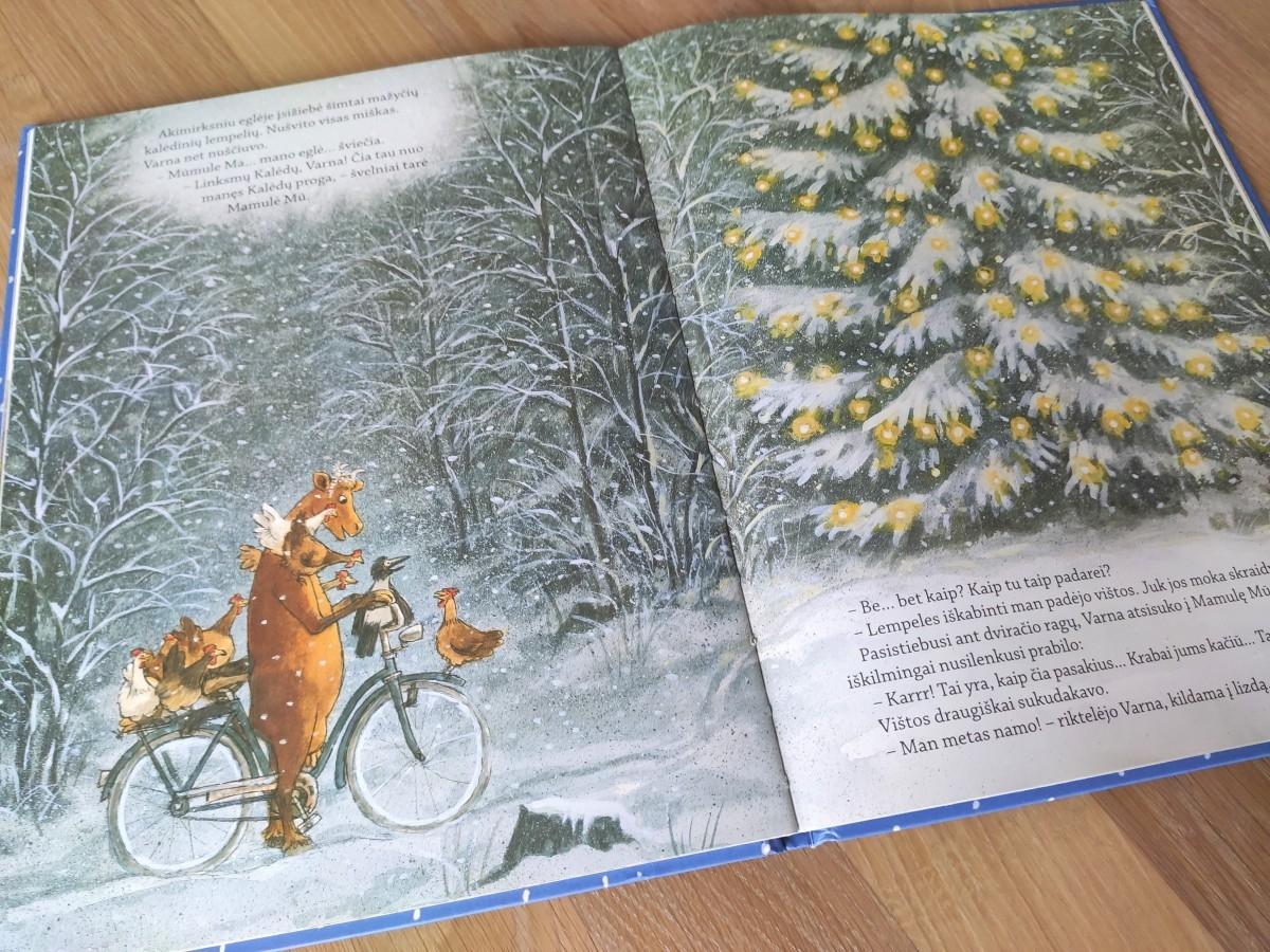 Atversta knyga mamūle mū ir žibanti kalėdų eglutė