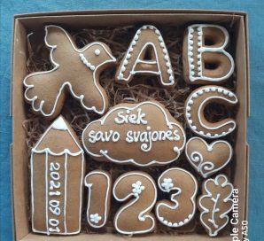 Rugsėjo 1-osios tematika dekoruoti meduoliai kartoninėje dėžutėje