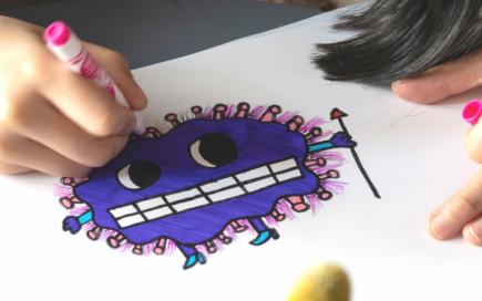 Ant balto popieriaus lapo vaikiškas piešinys mėlynas monstriukas su baltais dantimis ir rožiniais spykliukais